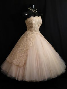 Vintage Bombshell STRAPLESS Apricot Peach Pink- I could never afford this but it's stunningly gorgeous Vintage Party Dresses, Vintage Prom, Vintage Gowns, Vintage Outfits, Vintage Fashion, Wedding Vintage, Vintage Clothing, Tulle Lace, Lace Dress