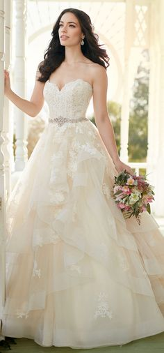 Exquisite Tulle Sweetheart Neckline A-line Wedding Dresses With Lace Appliques