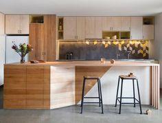 Descubra o que é backsplash com estas fotos incríveis de cozinhas com azulejos instalados em padrões geométricos