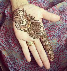 Beautiful Mehndi Design - Browse thousand of beautiful mehndi desings for your hands and feet. Here you will be find best mehndi design for every place and occastion. Quickly save your favorite Mehendi design images and pictures on the HappyShappy app. Easy Mehndi Designs, Latest Mehndi Designs, Henna Tattoo Designs, Bridal Mehndi Designs, Henna Tattoos, Henna Mehndi, Arte Mehndi, Mehndi Designs For Beginners, Tattoos