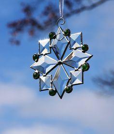 Flocon de neige vitrail biseauté vert bijoux par stainedglassturtle