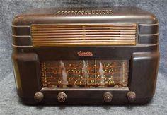 A Kriesler Model 11-7 brown Bakelite valve radio cracked dial as found seri