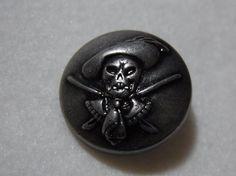 ・スカルモチーフの金属ボタンです。・アンチックシルバーメッキです。・2個セットでの単価です。 ハンドメイド、手作り、手仕事品の通販・販売・購入ならCreema。
