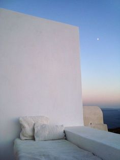My Dad has seating like this on his roof in Santa Fe. It's great for watching sunsets and looking at The Milky Way. J'adore. ~ETS #houses