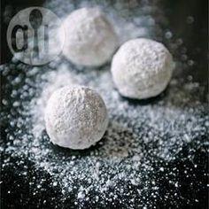 Feine Walnussplätzchen (Russian Tea Cakes) - Diese weißen Plätzchen sind auch als Mexican Wedding Cakes bekannt und zergehen nur so auf der Zunge!@ de.allrecipes.com