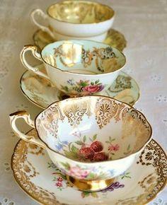 Aranyozott, mintázott csészék, alátéttel