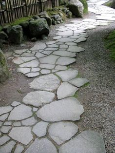 allée en dalles en pierre grise et gravier