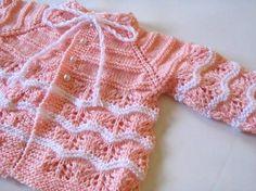 Casaquinho rosa e branco confeccionado em lã com fio de viscose. Tamanho de 0 a 3 meses. Acabamento com botões tipo pérola. Acompanha sapatinhos. Feito sob encomenda, pode ser feito em outras cores. Condições especiais para quantidade, com nota fiscal ATENÇÃO: a camisa pagão bordada é vendi...