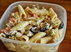 Lubię makaron, jest sycący i świetnie nadaje się jako składnik obiadów do pracy, bo dobrze smakuje także na zimno. Tym razem wersja mięsna: z kurczakiem i warzywami. Składniki (dla 2-3 osób): pół opakowania makaronu penne pierś z kurczaka suszony koperek pomidor 10-12 czarnych oliwek połowa małej główki sałaty lodowej majonez pieprz, sól Wykonanie: Makaron ugotować al dente, przepłukać zimną wodą, odstawić do odcieknięcia. Pierś pokroić w kostkę, dodać łyżkę olejuCzytaj dalej...