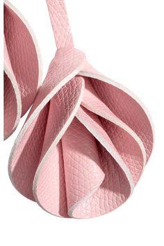 Llavero de metal con mosquetón, dije con forma de hoja y dos rosas en piel sintética grabada. Largo 15 cm.