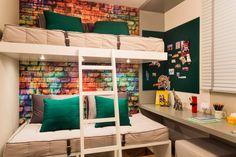 Ideias para decoração de quarto de menino. Gosto do papel de parede e colocaria prateleiras em parte do mural.