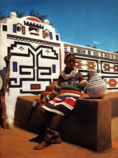 Arquitectura y pinturas Ndebele. African Beauty, African Fashion, African House, Afrique Art, South African Art, Art Premier, African Tribes, Arte Popular, African Culture