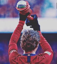 griezmann with player of the month trophy. Antoine Griezmann, Football Players, Aesthetic Wallpapers, Captain America, Soccer, Baseball Cards, Superhero, Instagram Posts, Sports