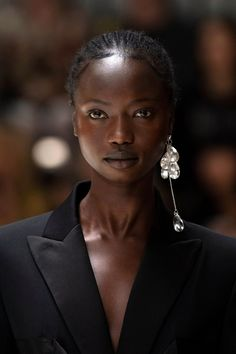 JW Anderson Spring 2020 Ready-to-Wear Fashion Show - Vogue Vogue Paris, Fashion Accessories, Fashion Jewelry, Dark Skin Girls, Big Earrings, Vintage Earrings, Statement Earrings, Hoop Earrings, Black Models