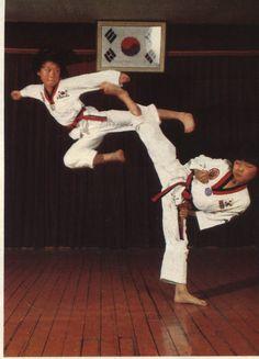 Taekwondo - their foot positions are perfect Korean Martial Arts, Mixed Martial Arts, Motogp, Ufc, Snowboard, Taekwondo Kids, Krav Maga Kids, Marshal Arts, Self Defense Classes
