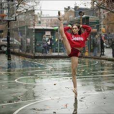 Ballet en la calle lloviendo
