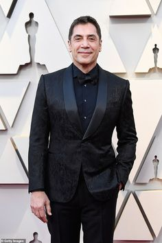 Javier Bardem Sports All Black Suit for Oscars Photo Javier Bardem flashes a smile on the red carpet as he arrives at the 2019 Academy Awards on Sunday (February at the Dolby Theatre in Los Angeles. Velvet Suit Design, Velvet Dinner Jacket, All Black Suit, Black Tie Dress Code, Classic Tuxedo, Javier Bardem, Best Dressed Man, The Hollywood Reporter, Celebrity Red Carpet