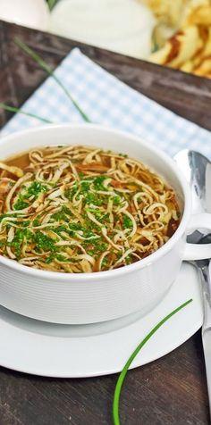 Die Flädle-Suppe ist in Baden-Württemberg wie auch in Österreich eine Berühmtheit. Ob mit einer Rinder-Brühe oder aber auch einer Gemüse-Brühe zubereitet, für mich eine nicht wegzudenkende Suppe. Rind