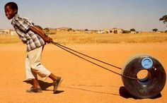 ¿Cómo puede llevar un niño 50 litros de agua a lo largo de una distancia de 5 kilómetros, con relativa facilidad?Pieter Hendrikse ha resuelto el problema gracias a un bidón de polietileno de baja densidad con forma de dónut. Ha reinventado la rueda llenándola de agua, ha creado el Q Drum. E…