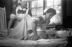 Mental Asylums: Haunting Vintage Photos From Decades Past Haunted Asylums, Abandoned Asylums, Creepy History, Strange History, Haunted History, Insane Asylum Patients, Nurse Photos, Mental Asylum, Haunting Photos