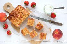 Een frisse zomerse havermout yoghurt cake met perzik en aardbei is lekker als tussendoor, maar kan ook prima als ontbijt. Kan ook met ander zomerfruit.