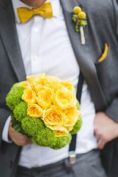 gelbe Fliege mit gelbem Einstecktuch für den Bräutigam, passend zum Brautkleid der Braut, Boutonniere mit Trommelstöckchen und passender gelber Brautstrauß für die Braut (www.noni-mode.de - Foto: Sabrina Dickens)