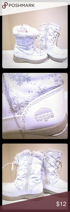 Little Girls size 9 Snow White Totes Used in good condition a pair of snow white totes toddler size. Only blemish is scuff mark on front of boot shown in photo 4. Reflected in price. All offers considered. Thank yall. Totes Shoes Rain & Snow Boots