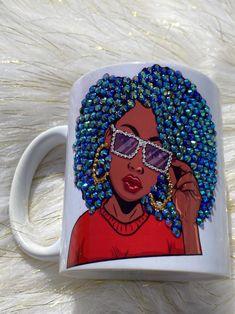 Diy Bottle, Bottle Crafts, Afro, Diy Mug Designs, Mannequin Art, Diy Mugs, Sublimation Mugs, Wedding Glasses, Resin Crafts