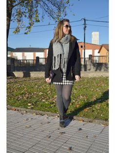 yohanasant Outfit   Invierno 2013. Combinar Pañuelo-bufanda Gris Primark, Abrigo Negro Zara, Falda Blanca Zara, Botines Negros pull