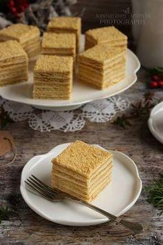 Nagyon szeretem ezt a süteményt. Évekkel ezelőtt ettem először egy kávézóban, mert hát néha dőzsölni is szabad. :D Meg kell ha... Walnut Torte Recipe, Russian Cakes, Tiramisu Cake, Hungarian Recipes, Pavlova, Other Recipes, No Bake Cake, Food To Make, Cake Recipes