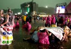 """10-Jun-2014 3:01 - """"DOORGAAN PINKPOP VERANTWOORD"""". Burgemeester Raymond Vlecken van Landgraaf vindt dat de organisatie van Pinkpop geen onverantwoorde risico's heeft genomen door het festival door te laten ondanks het noodweer gisteravond. Dat zei hij in het tv-programma Knevel en Van den Brink. Het festival kreeg rond 20.00 uur een zware onweersbui te verduren. De optredens op Pinkpop werden stilgelegd en bezoekers werd gevraagd op de grond te gaan zitten en uit de buurt te blijven van..."""