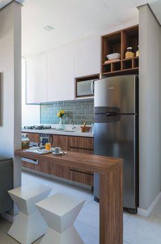 Apartamento pequeno: 45 m² decorados com charme e estilo Apartment Interior Design, Kitchen Interior, Interior Design Living Room, Design Interiors, Kitchen Dining, Kitchen Decor, Kitchen Cabinets, Small American Kitchens, Dream Apartment
