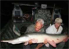 River monsters Jeremy Wade with a Texas Gar out of the Trinity river Jeremy Wade, John Wade, River Monsters, Sea Monsters, Cool Fish, Big Fish, Create T Shirt Design, Wading River, Trinity River