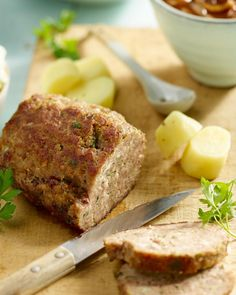 Serveer dit lekker gehaktbroodje met een stevige ajuinsaus, gekookte aardappelen en knapperige kropsla. Echte lekkere winterkost!