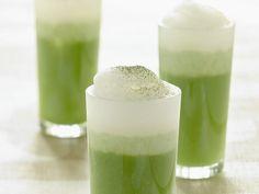 Matcha Latte selber machen: So geht es  ½ TL Matchapulver 50 ml heißes Wasser 200 ml aufgeschäumte Sojamilch