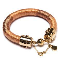 Pulseira de corda revestida com fios dourados e fecho ímã