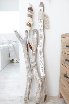 DIY bohemian ethnic interior objects with driftwood . - DIY bohemian ethnic interior objects with driftwood . Pot Mason Diy, Mason Jar Crafts, Diy Casa, Deco Boheme, Driftwood Crafts, Painted Driftwood, Driftwood Macrame, Driftwood Ideas, Painted Sticks