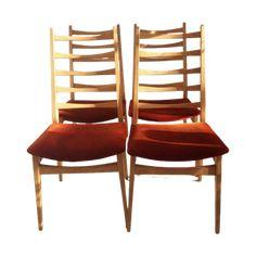 Houten frame met oranje/rood velours zitting Jaren 60 retro Hoogte 97,5 Diepte 43,5 Breedte 44 Zithoogte 43 cm In vintage staat zie fotos Prijs voor 4 stoelen Bezorging mogelijk