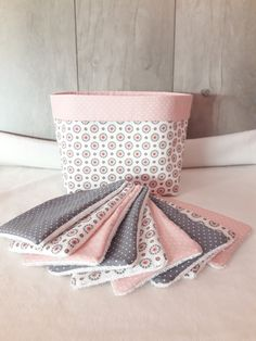 Ensemble pochon personnalisable et 9 lingettes lavables en harmonie de rose et gris de la boutique Thelittleworldofcaro sur Etsy Baby Couture, Couture Sewing, Organic Cotton Sheets, Diy Organisation, Creation Couture, Sewing Accessories, Women Accessories, Fabric Crafts, Diy And Crafts