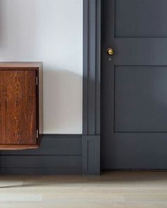 Dark trim with light walls These plinth blocks are the perfect example of how to transition from large baseboards to door trim beautifully. Dark Doors, Grey Doors, Grey Internal Doors, White Trim Wood Doors, Plinth Blocks, Dark Trim, Grey Trim, Door Trims, Trim On Doors