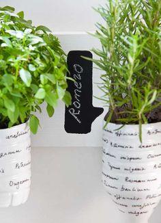 Macetas hechas con botellas de plástico de Bezoya para plantas aromáticas. #bezoya, #diybezoya, diy, manualidades, manualidad botella Bezoya, botella, reciclar, reciclaje, maceta, macetero, planta