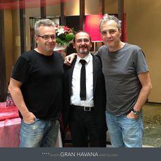 Con motivo de su concierto en Barcelona, Hombres G se alojaron en el Gran Hotel Havana. En la foto junto a Carlos, jefe de recepción.