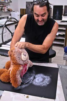"""Artista residente en Melbourne Geoffrey Ricardo muestra cómo ha impreso a partir de un oso de peluche sin relleno sobre el lienzo para obtener una impresión perfecta. """"No del todo Nigella"""" visitado Arte Bóveda en Mildura."""