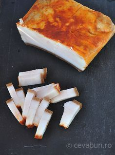 Reteta de slanina aita, fiarta in apa sau zeama de varza. Romania Food, Good Food, Yummy Food, Artisan Food, Rhubarb Recipes, Hungarian Recipes, Smoked Bacon, Charcuterie, Kitchens