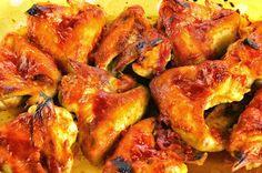 Hozzávalók:        20 csirkeszárny   2 evőkanál olívaolaj   1/2 teáskanál pirospaprika   1-2 gerezd összezúzott fokhagyma   törött bo... Bbq, Paleo, Meat, Chicken, Food, Barbecue, Barrel Smoker, Essen, Beach Wrap