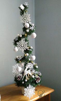 Creative Christmas Trees, Diy Christmas Tree, Christmas Projects, Simple Christmas, Beautiful Christmas Trees, Christmas Holidays, Christmas Wreaths, Christmas Ornaments, Christmas Candle Decorations