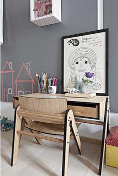 De voor kinderen gemaakte Lilly's chair stoel en Geo's bureau tafel desk. Hoe leuk staat dit! En dit setje kan generaties lang mee. | www.gewoonstijl.nl