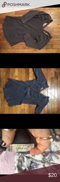 Free people gray 3/4 sleeve shirt Stretchy material, covers butt, open back. So cute Free People Tops Tees - Long Sleeve