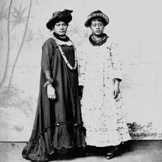 Studio portrait - women dressed in hats, muumuu, and lei. Hawaiian People, Hawaiian Woman, Hawaiian Girls, Vintage Hawaiian, Hawaiian Clothes, Hawaiian Muumuu, We Are The World, Women In History, Historical Society