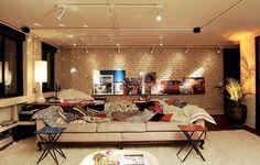 """O conceito da """"beleza do imperfeito"""" rege o apê do arquiteto Vitor Penha. Superfícies rústicas aliam-se ao mobiliário retrô, como as mesas de metal compradas em uma loja de usados. Outras, feitas sob medida, imitam o efeito, como as almofadas murchas"""